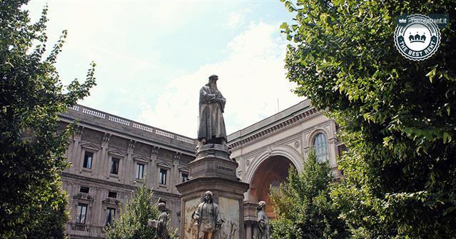 Piazza-della-Scala-e-il-monumento-a-Leonardo